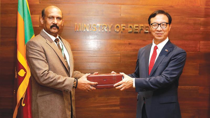 South Korean Ambassador Woonjin Jeong and Defence Secretary Gen. Kamal Gunaratne (Retd) exchanging mementoes.