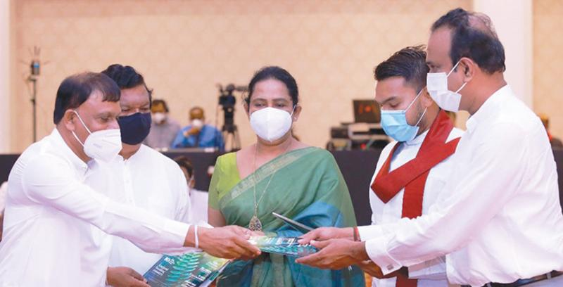 Ministers Namal Rajapaksa, Bandula Gunawardena, Pavithra Wanniarachchi, Ramesh Pathirana and State Minister Sisira Jayakody at the launch of the magazine