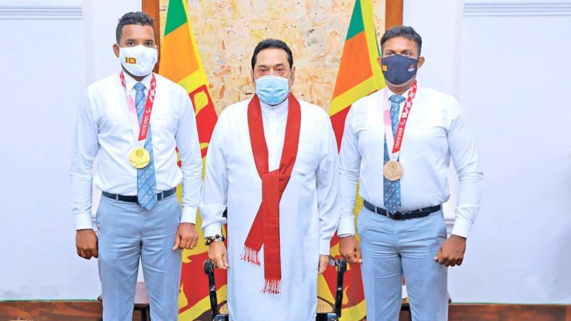 The two winners with Prime Minister Mahinda Rajapaksa