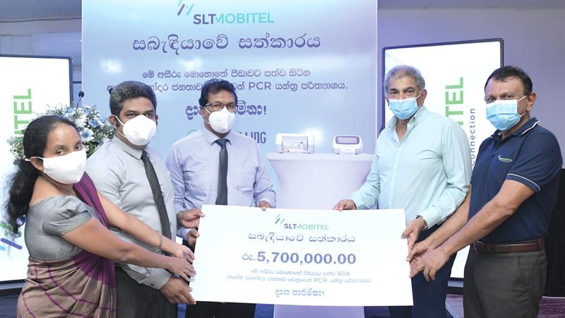 Group Chairman of SLT-Mobitel, Rohan Fernando makes the presentation to the Deputy Director of Matara District Hospital. Dr. Upali Ratnayake. Dr. Thushara Vidanapathirana, Dr. Deepika Priyanthi and Group CEO of SLT-Mobitel, Lalith Seneviratne are also in the picture.