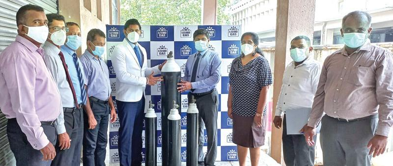 Chairman and CEO, Litro Gas Lanka and Litro Gas Terminal Lanka, Theshara Jayasinghe makes a token presentation of the oxygen cylinder to the Director, MSD, Dr. H.M.K. Wickramanayake at the Medical Supplies Division of the Ministry of Health.